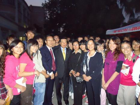 2010年1月22日CFCIE董事长荣守宇教授与华人神探李昌钰博士,中加国际学院卢副院长等及部分学生合影